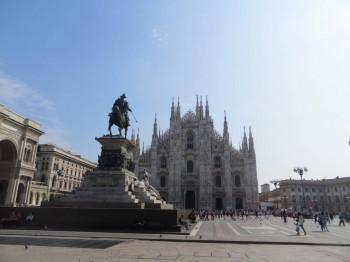 статуя на соборной площади, слева виден вход в галерею - IMG_9080.JPG
